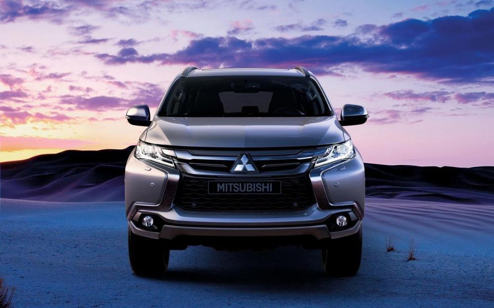 Đánh giá xe Mitsubishi Pajero Sport 2017: Đầu xe gây ấn tượng với ngôn ngữ thiết kế Dynamic Shield độc đáo.