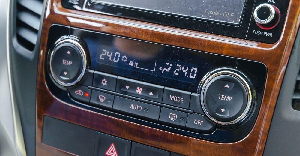 Hệ thống điều hoà tự động 2 vùng trên Mitsubishi Pajero Sport 2017 là một lợi thế trước đối thủ Toyota Fortuner.