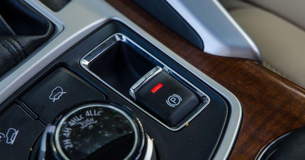 Với 4 chế độ gài cầu cơ động và linh hoạt, Mitsubishi Pajero Sport 2017 tự tin chinh phục mọi địa hình.
