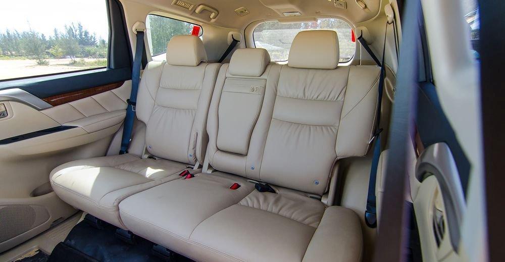 Đánh giá xe Mitsubishi Pajero Sport 2017: Không gian để chân khá thoải mái.
