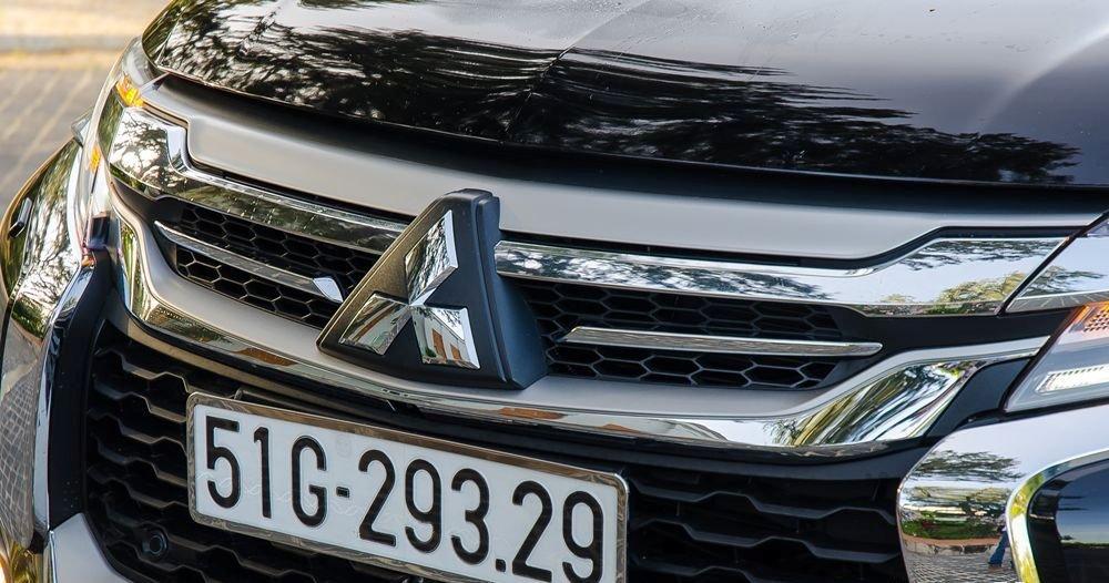 Đánh giá xe Mitsubishi Pajero Sport 2017: Lưới tản nhiệt dạng tổ ong tối màu kết hợp các thanh nẹp viền mạ crom nổi bật a2