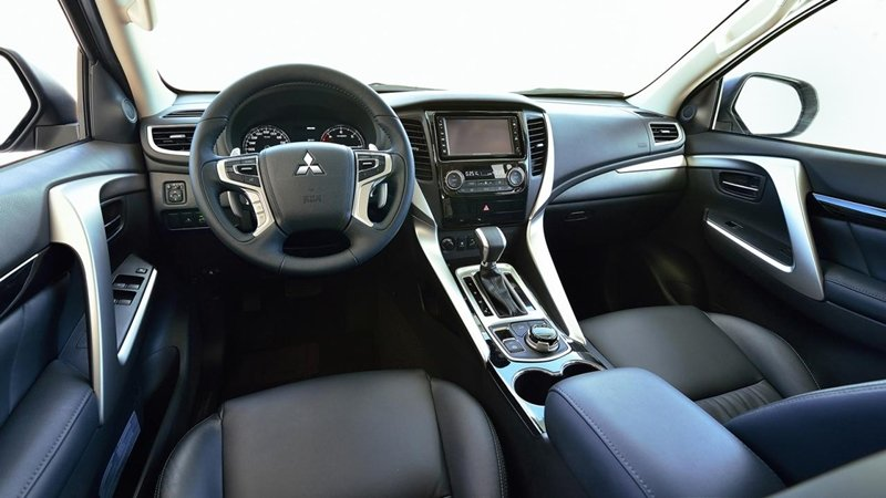 Đánh giá xe Mitsubishi Pajero Sport 2017: Bảng tablo có nhiều nét tương đồng với Triton.