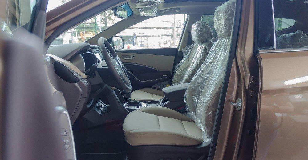 Nội thất xe Hyundai SantaFe 2016 tương đối nhàm chán và không thay đổi nhiều so với phiên bản trước.