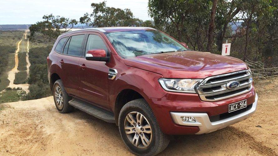 So sánh xe Hyundai SantaFe 2016 và Ford Everest 2016 - Trẻ trung hay lịch lãm?.