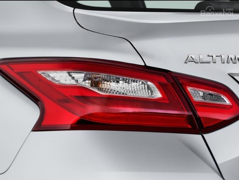 Đánh giá xe Nissan Altima 2017: Đèn hậu tích hợp LED.