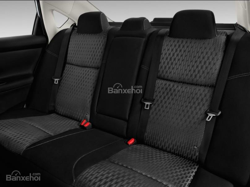 Đánh giá xe Nissan Altima 2017: Hàng ghế phía sau xe.