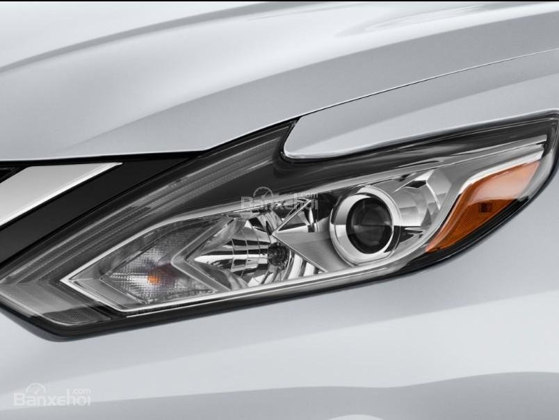 Đánh giá xe Nissan Altima 2017: Đèn pha xe tích hợp LED.