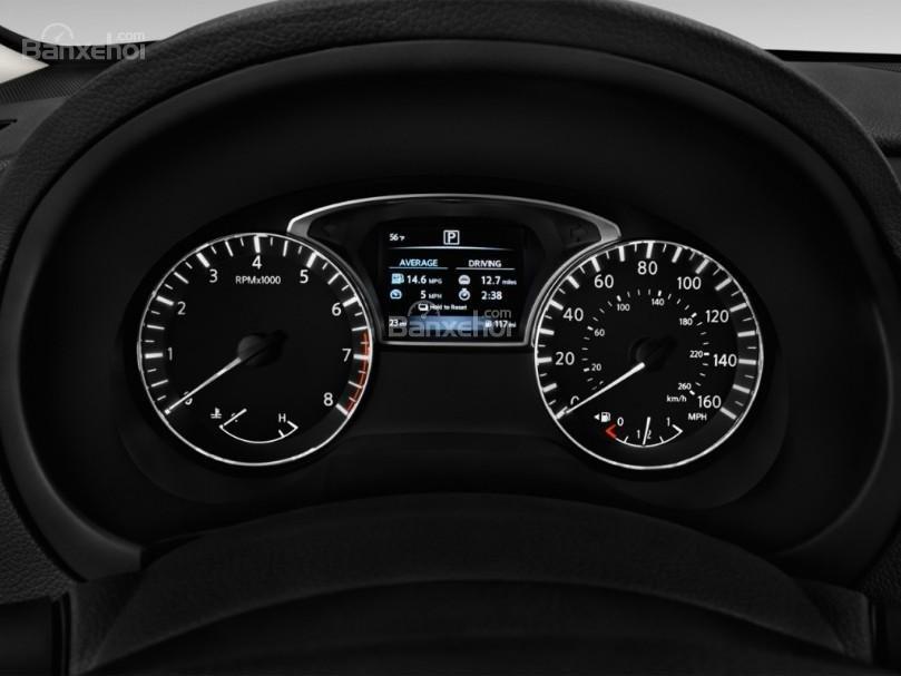 Đánh giá xe Nissan Altima 2017: Cụm đồng hồ trên xe.