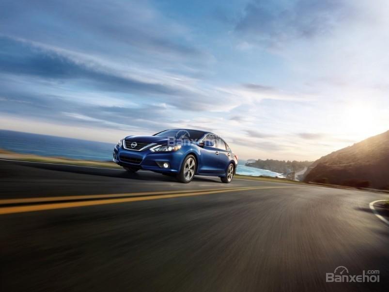 Đánh giá xe Nissan Altima 2017: Cảm giác lái của xe được đánh giá cao.