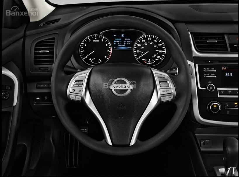 Đánh giá xe Nissan Altima 2017: Vô lăng bọc da.
