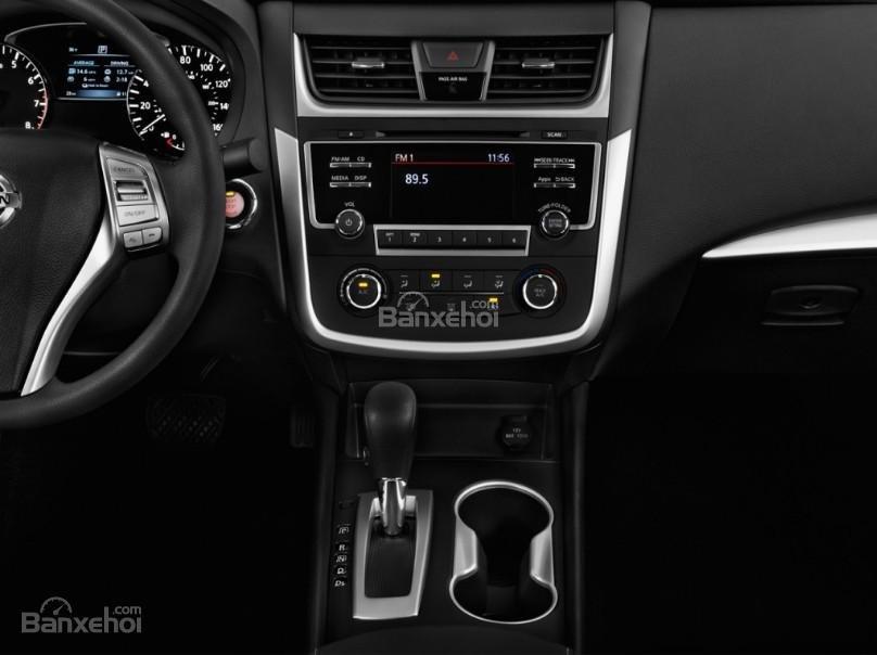 Đánh giá xe Nissan Altima 2017: Bảng điều khiển trên xe.