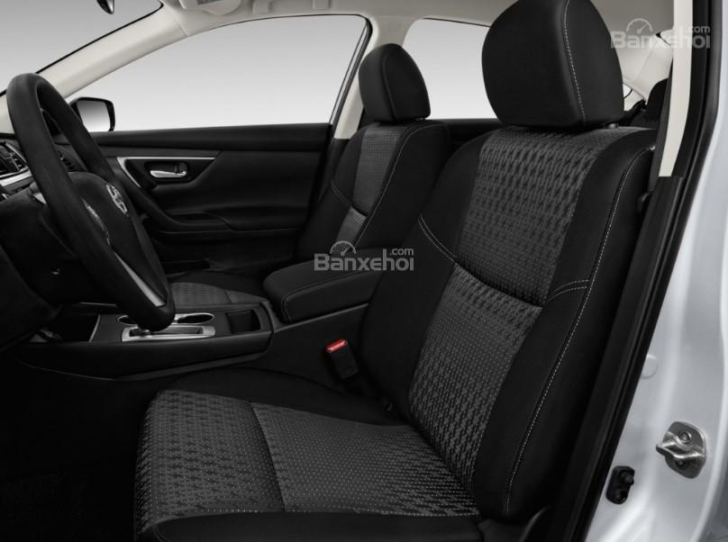 Đánh giá xe Nissan Altima 2017: Hàng ghế trước của xe.
