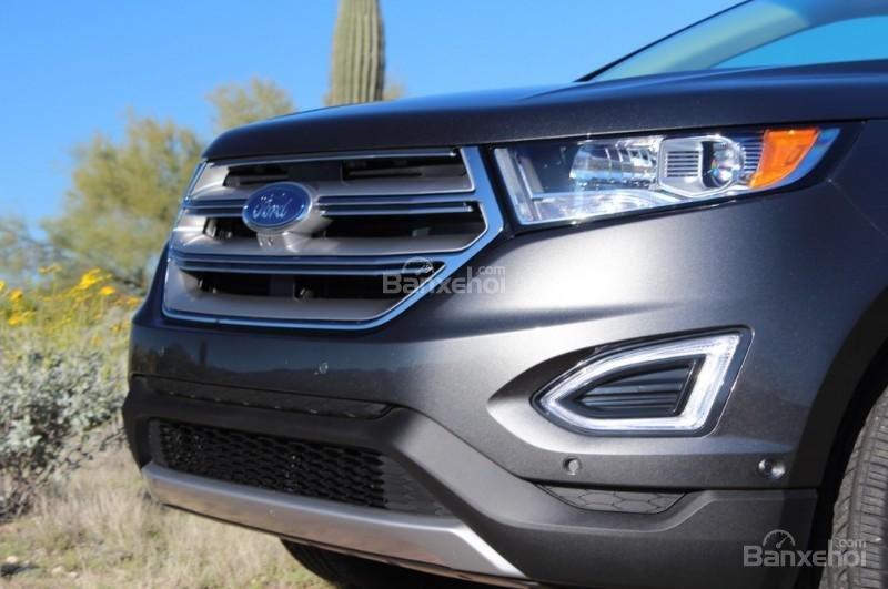 Đánh giá xe Ford Edge 2017: Lưới tản nhiệt phía góc dưới đầu xe.