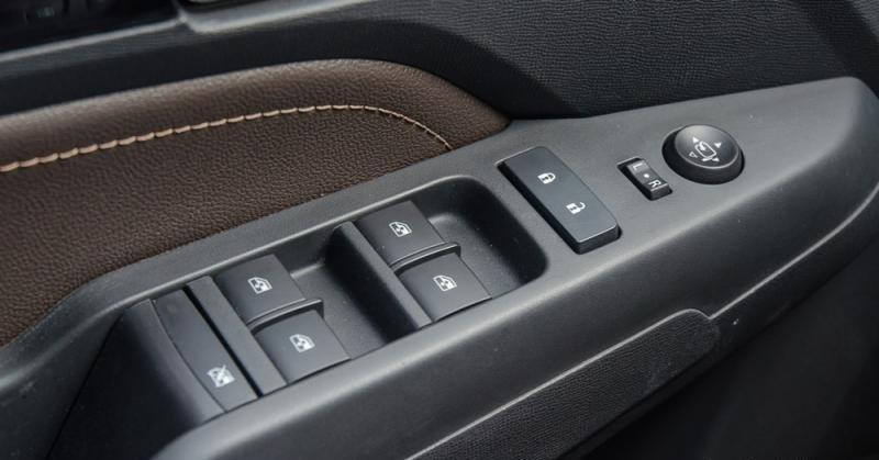 Đánh giá xe Chevrolet Colorado 2017: Các nút điều khiển trên cửa xe.