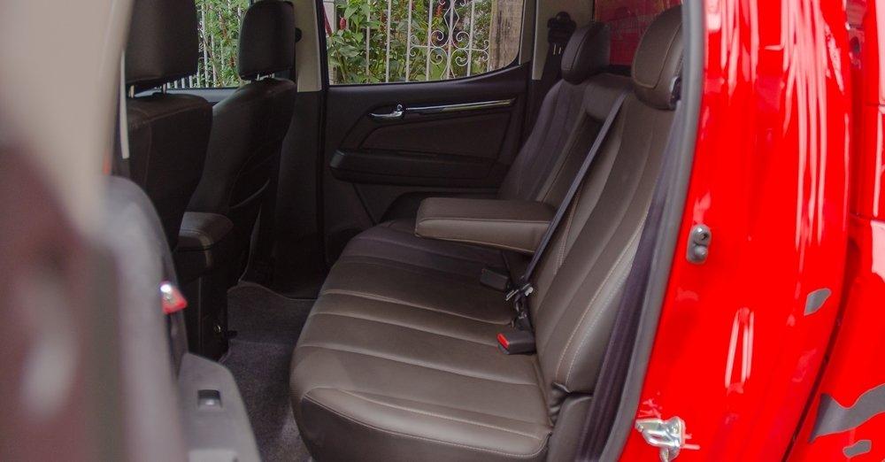Đánh giá xe Chevrolet Colorado 2017: Hàng ghế sau có không gian để chân rộng rãi.