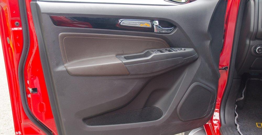 Đánh giá xe Chevrolet Colorado 2017: Cửa xe thiết kế chắc chắn.