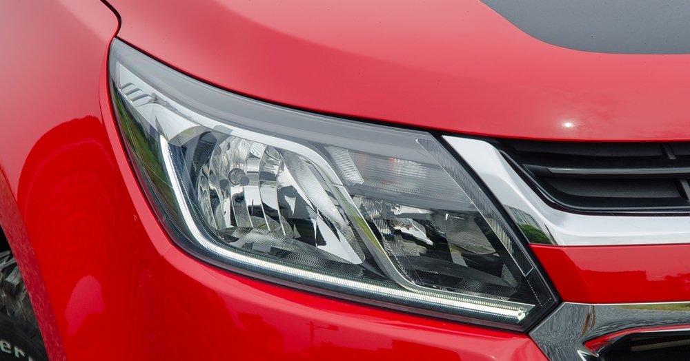 Đánh giá xe Chevrolet Colorado 2017: Đèn pha LED thiết kế sắc nét, gọn gàng.