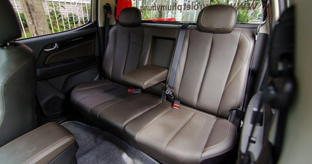 Đánh giá xe Chevrolet Colorado 2017: Hàng ghế sau có thể gập linh hoạt a3