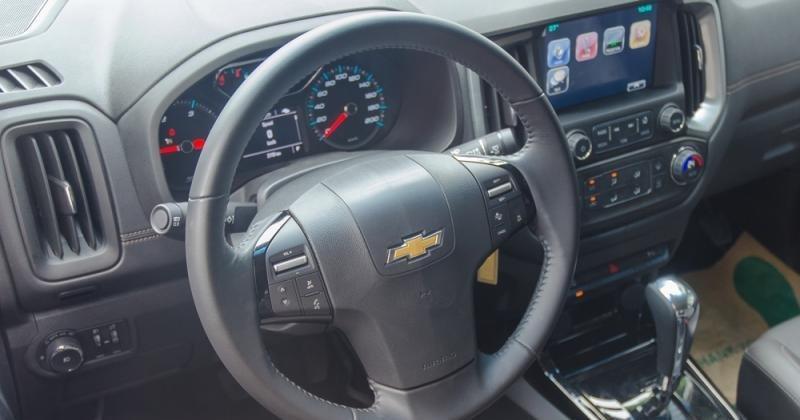 Đánh giá xe Chevrolet Colorado 2017: Vô-lăng bọc da 3 chấu quen thuộc.