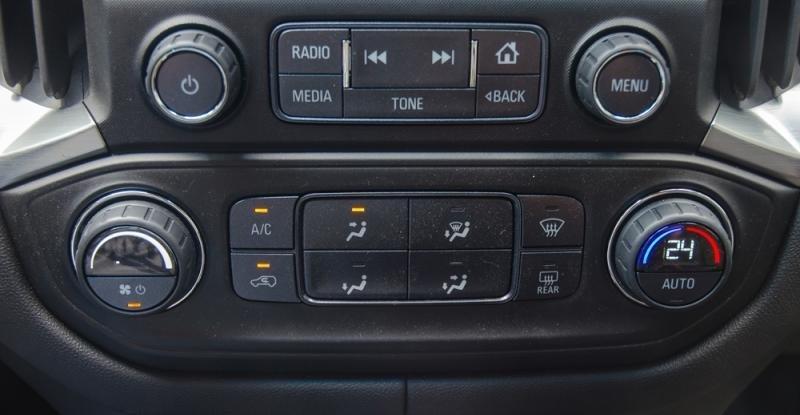 Đánh giá xe Chevrolet Colorado 2017: Hệ thống điều hòa làm mát nhanh nhưng không có cửa gió ở hàng ghế sau.