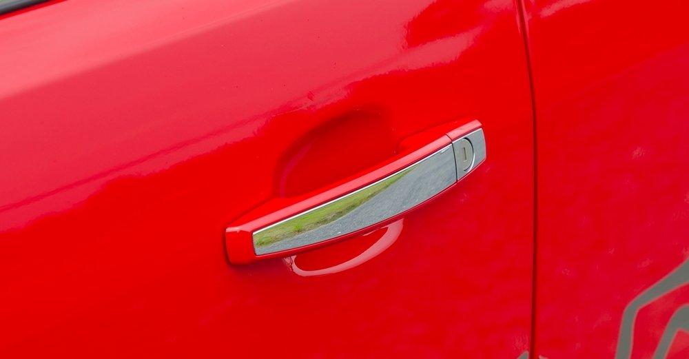 Đánh giá xe Chevrolet Colorado 2017: Tay nắm cửa mạ crom nổi bật.
