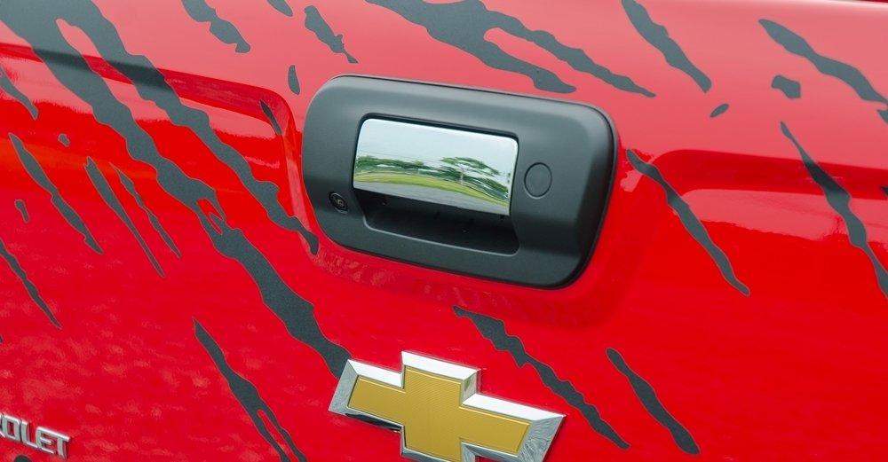 Đánh giá xe Chevrolet Colorado 2017: Tay nắm cửa cốp mạ crom.