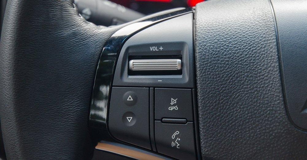 Đánh giá xe Chevrolet Colorado 2017: Vô-lăng tích hợp các nút điều khiển chức năng a1