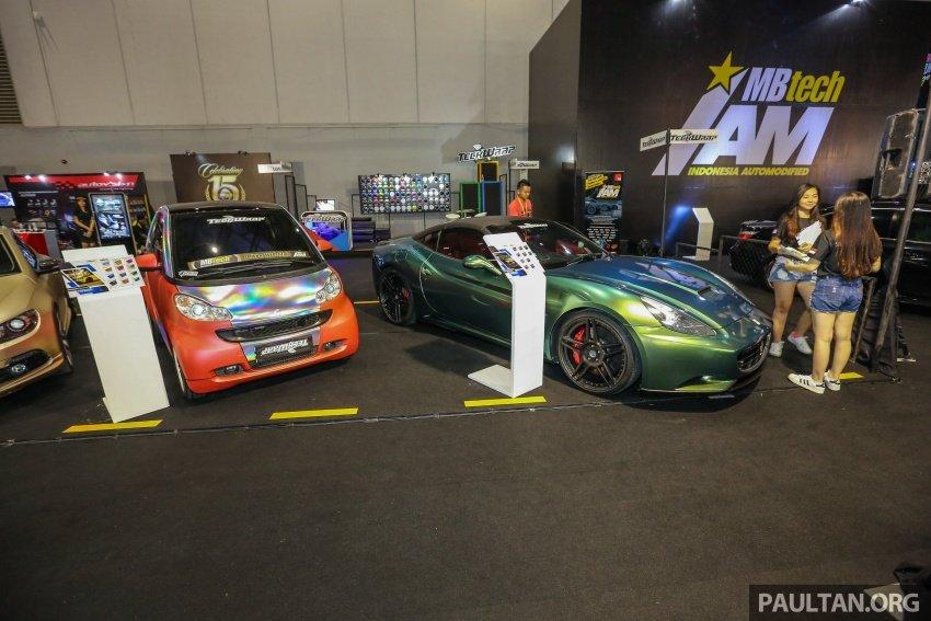 Siêu xe Ferrari California đứng cạnh mẫu xe đô thị siêu bé Smart Fortwo.