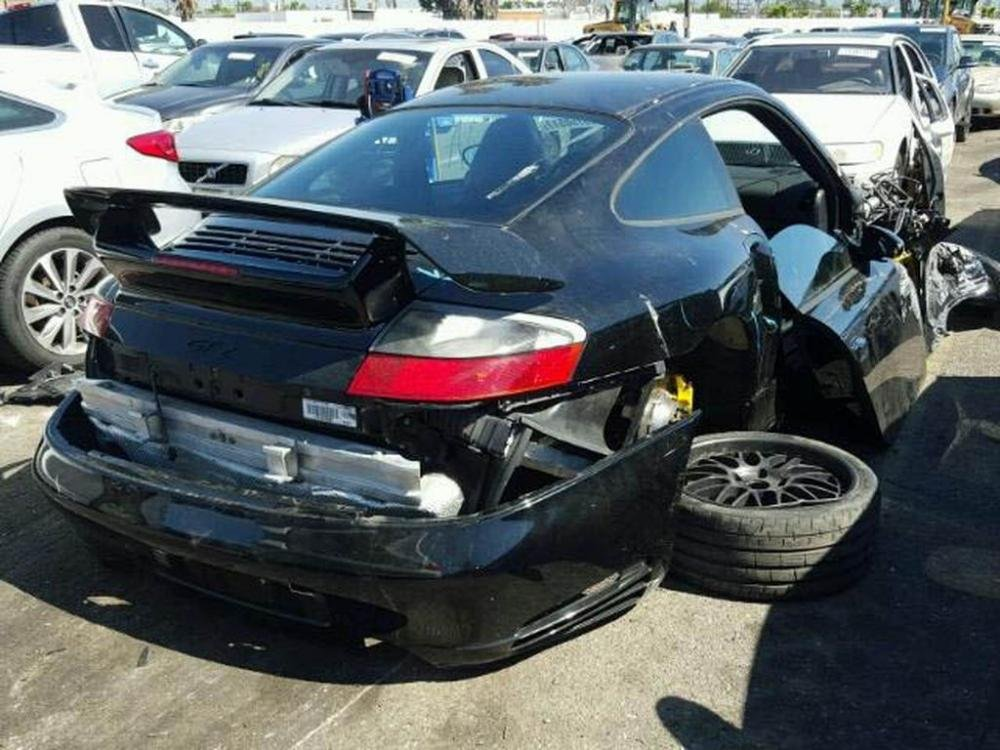 Kì lạ chuyện Porsche 911 GT2 nát đầu vẫn hét giá tới 1,8 tỷ đồng.