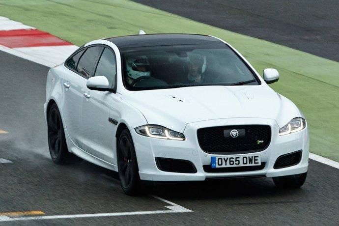 Bình chọn top xe 4 cửa trang bị động cơ V8 tốt nhất 8