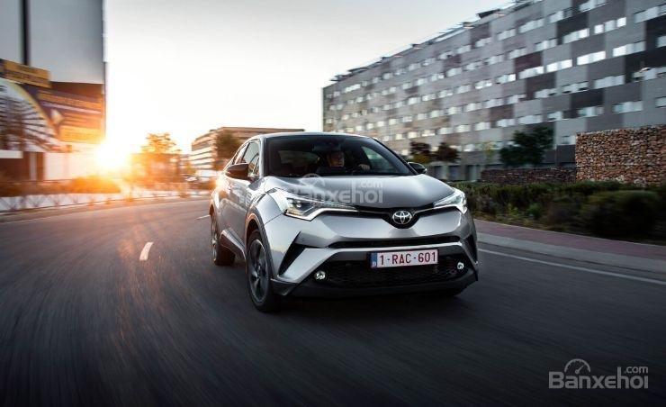 Đánh giá xe Toyota C-HR 2017: Xe cho cảm giác lái khá mượt.