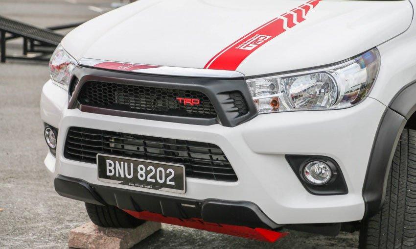 Toyota Hilux thêm bộ phụ kiện thể thao TRD hầm hố.