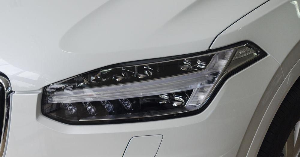 """Đánh giá xe Volvo XC90 2017 có đèn pha LED với thiết kế """"búa thần Thor""""."""