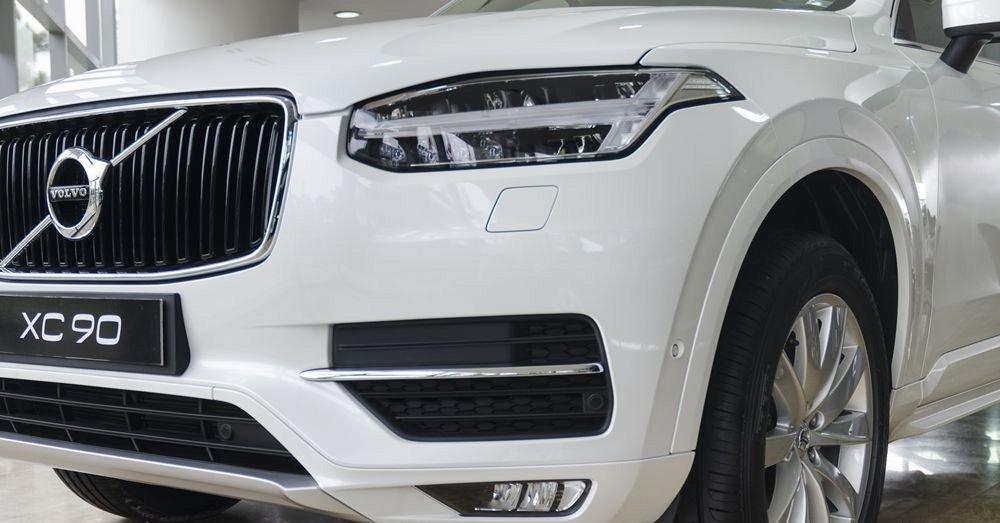 Đánh giá xe Volvo XC90 2017 có hộc gió thiết kế bắt mắt cùng đèn sương mù LED.