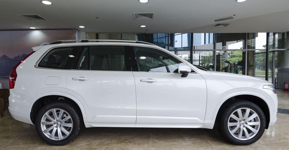 Đánh giá Volvo XC90 2017 có thân to lớn và chắc chắn.