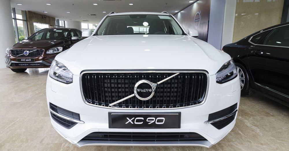 Đánh giá xe Volvo XC90 2017 có lưới tản nhiệt với nhiền nan xếp dọc tinh tế.