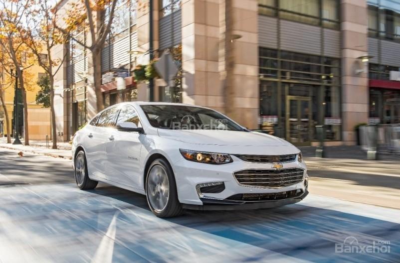 """Đánh giá xe Chevrolet Malibu 2018: Tiếp tục níu giữ """"sự tươi mát"""" của thiết kế ngoại thất."""
