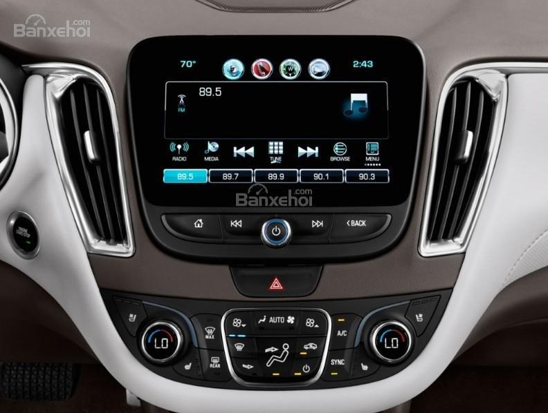 Đánh giá xe Chevrolet Malibu 2018: Xe được tích hợp nhiều tính năng hữu ích.