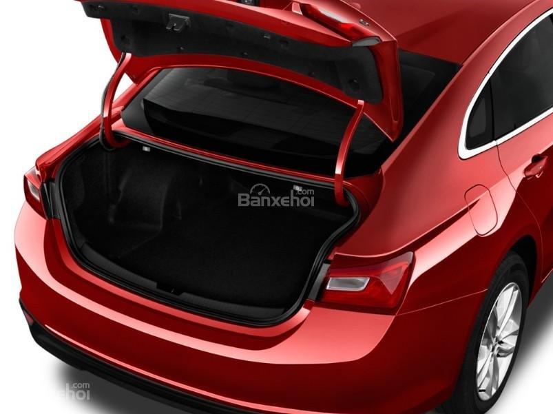 Đánh giá xe Chevrolet Malibu 2018: Khoang hành lý xe được đánh giá là rộng trong phân khúc.