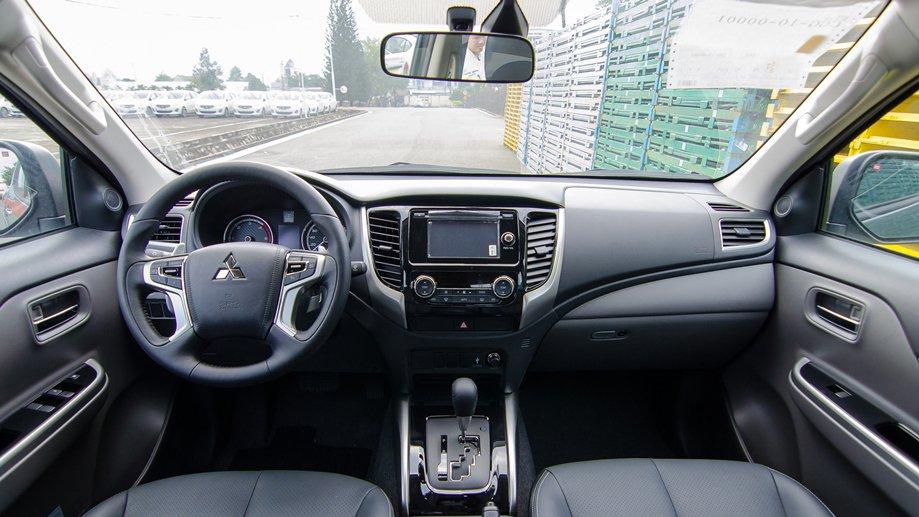 """So sánh nội thất Mitsubishi Triton MIVEC 2017 và Mazda BT-50 2016: Xe rẻ lại """"ngon hơn""""."""