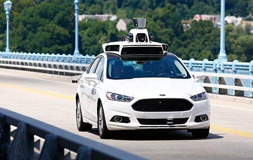 Một mẫu xe sở hữu những thiết bị của công nghệ tự lái.