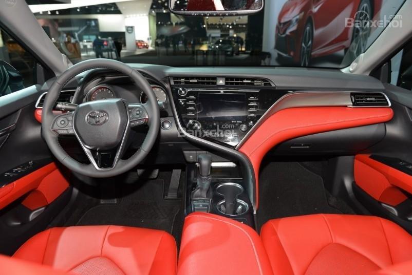 Đánh giá xe Toyota Camry 2018: Nội thất xe được sử dụng nhiều chất liệu cao cấp.