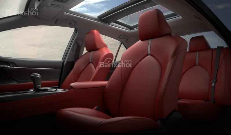 Đánh giá xe Toyota Camry 2018: Ghế ngồi có chất lượng cao.