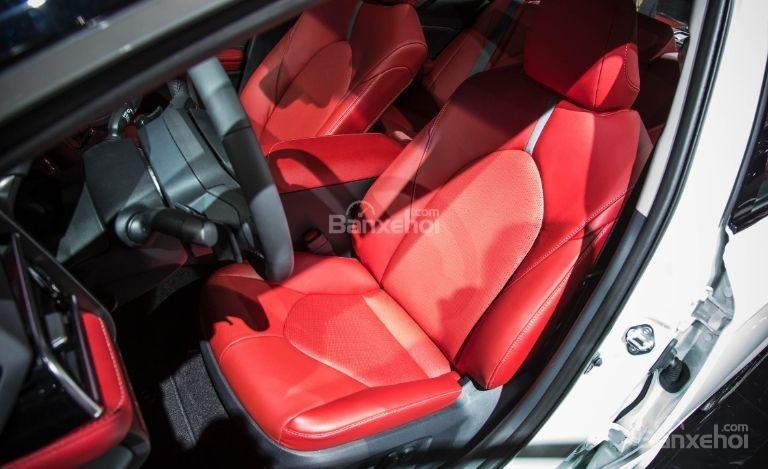 Đánh giá xe Toyota Camry 2018: Hàng ghế trước của xe.