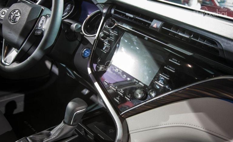 Đánh giá xe Toyota Camry 2018: Bảng điều khiển trên xe.