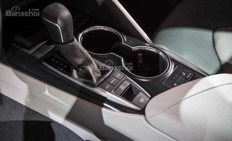 Đánh giá xe Toyota Camry 2018: Cần gạt số trên xe.