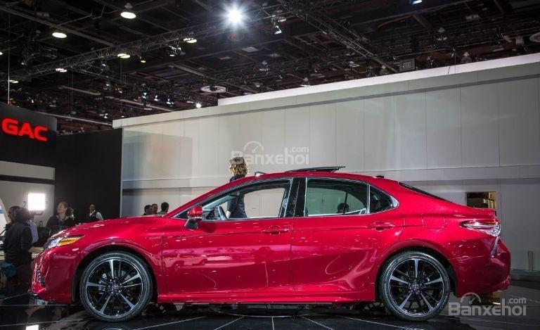 Đánh giá xe Toyota Camry 2018: Thân xe có thiết kế mềm mại.