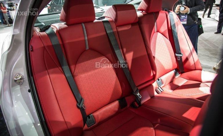Đánh giá xe Toyota Camry 2018: Hàng ghế sau của xe.