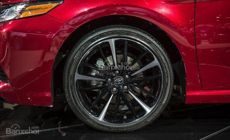 Đánh giá xe Toyota Camry 2018: Mâm xe đúc.
