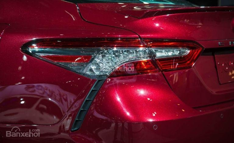 Đánh giá xe Toyota Camry 2018: Đèn hậu tích hợp LED.